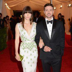 Jessica Biel y Justin Timberlake en la alfombra roja de la Gala del MET 2012