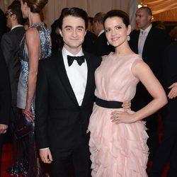 Daniel Radcliffe y Rose Hemingway en la alfombra roja de la Gala del MET 2012