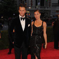Gisele Bundchen y Tom Brady en la alfombra roja de la Gala del MET 2012