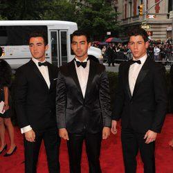 Nick Jonas, Kevin Jonas y Joe Jonas en la alfombra roja de la Gala del MET 2012