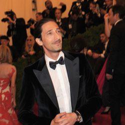 Adrien Brody en la alfombra roja de la Gala del MET 2012