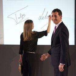 Los Príncipes Felipe y Letizia estampan sus firmas en el Espacio Fundación Telefónica