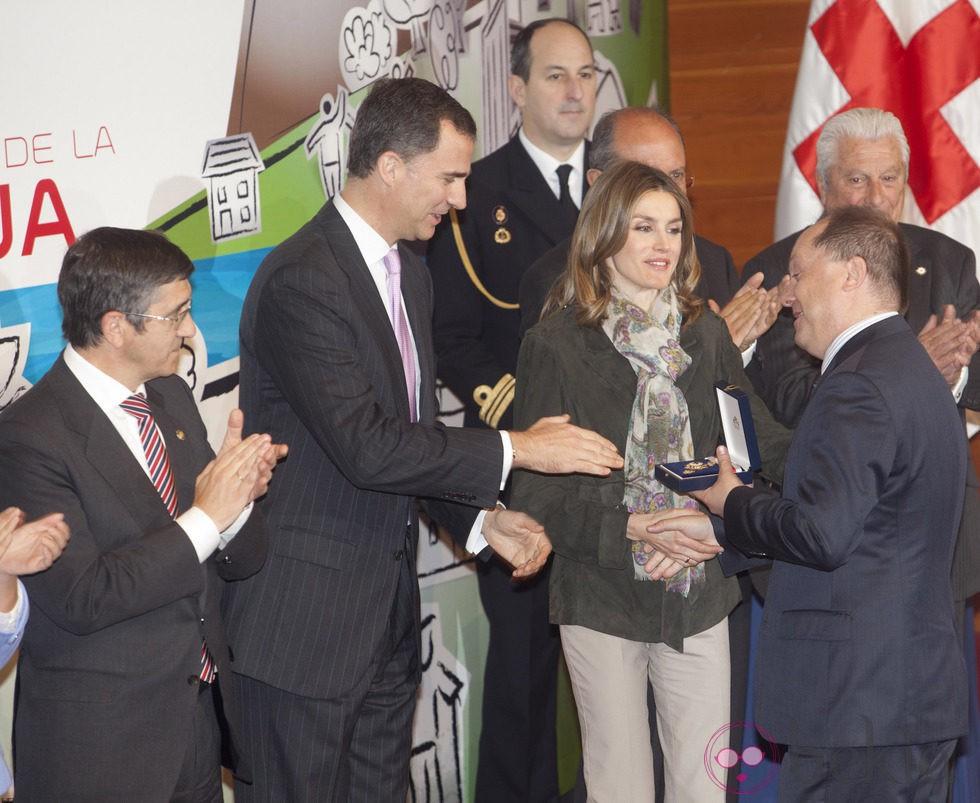 Los Príncipes entregan la Medalla de Oro de la Cruz Roja a Benigno Moreno