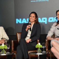 La Reina Silvia, Magdalena de Suecia y Geena Davis en un simposio en Nueva York