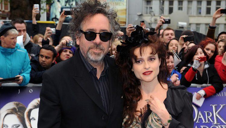 Tim Burton y Helena Bonham Carter en el estreno de 'Dark Shadows' en Los Angeles