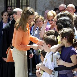 La Princesa de Asturias saluda a unos niños en el Monasterio de Yuso