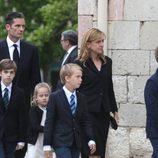 La infanta Cristina, Iñaki Urdangarín y sus cuatro hijos en el funeral de Juan Mari Urdangarín