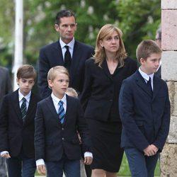 Pablo, Miguel, Irene, Juan e Iñaki Urdangarín junto a la infanta Cristina en el funeral de Juan Mari Urdangarin