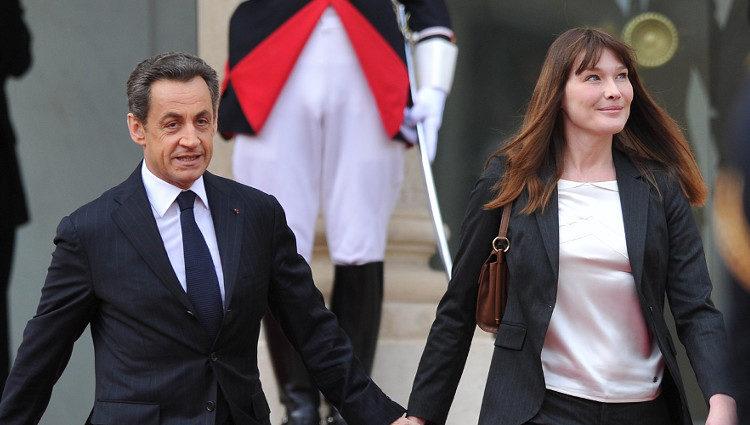 Nicolas Sarkozy y Carla Bruni abandonan el Elíseo cogidos de la mano