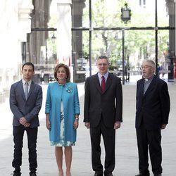 Alejandro Amenábar y Ana Botella, Alberto Ruiz Gallardón y el Padre Garralda en la entrega de las Medallas de Madrid