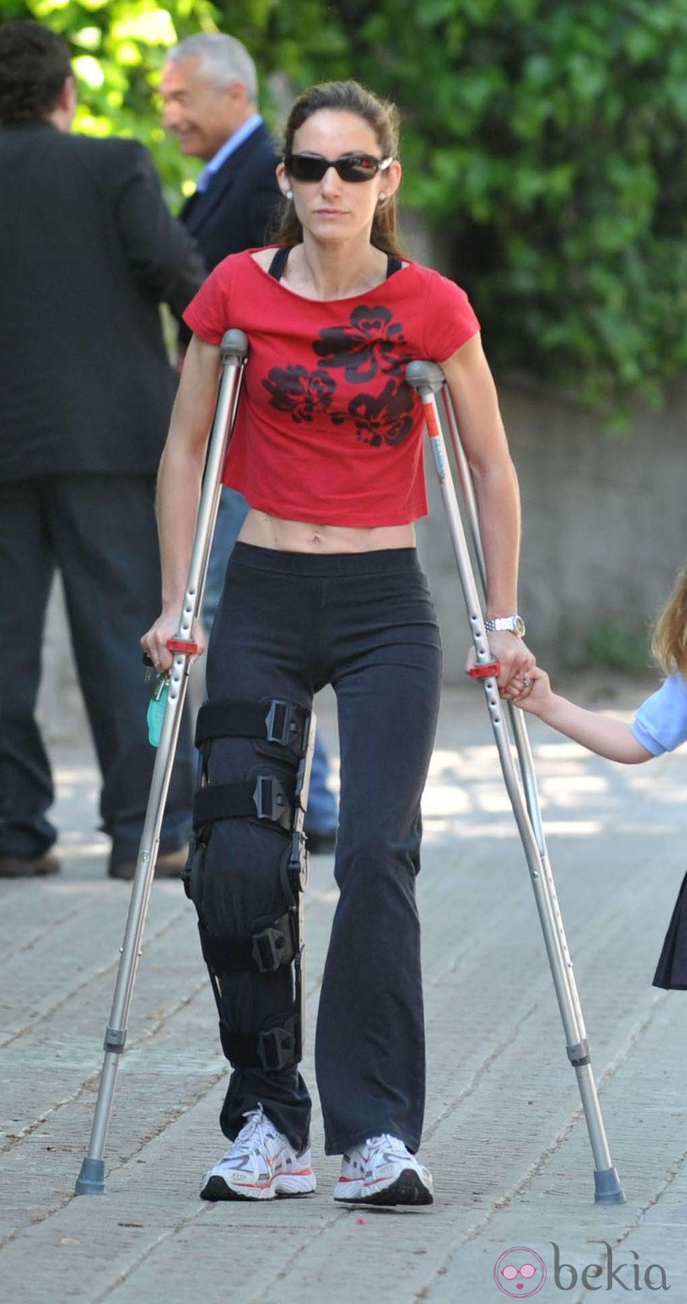 Telma Ortiz en muletas por Barcelona tras sufrir un accidente esquiando