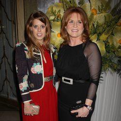 Beatriz de York y Sarah Ferguson en la gala Marie Curie Cancer Care Fundraiser