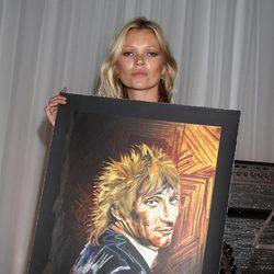 Kate Moss con un retrato de Ronnie Wood en la gala de la Marie Curie Cancer Fundraiser