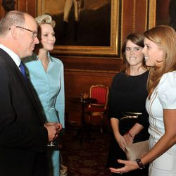 Las Princesas de York conversan con los Príncipes de Mónaco en Windsor