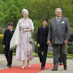 La Reina Margarita y el Príncipe Enrique con sus nietos Félix y Nicolás en el bautizo de Athena de Dinamarca