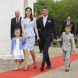 Los Príncipes Federico y Mary con sus hijos Christian e Isabel en el bautizo de Athena de Dinamarca