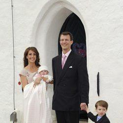 Joaquín y Marie de Dinamarca con sus hijos Enrique y Athena en el bautizo de la Princesa
