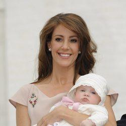 La Princesa Marie sostiene a su hija Athena en su bautizo