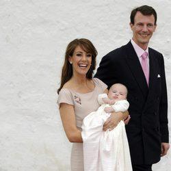 Joaquín y Marie de Dinamarca con su hija Athena en su bautizo