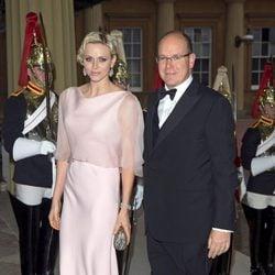 Los Príncipes de Mónaco en una cena de gala en Buckingham Palace