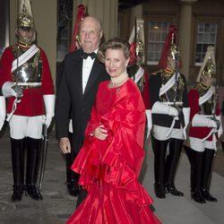 Los Reyes de Noruega en una cena de gala en Buckingham Palace