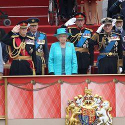 La Reina de Inglaterra y el Duque de Edimburgo en un desfile militar en Windsor