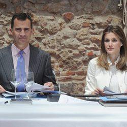 Los Príncipes Felipe y Letizia en una reunión en Figueres