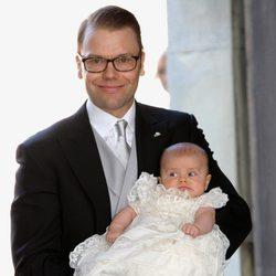 El Príncipe Daniel sostiene a su hija en el bautizo de Estela de Suecia