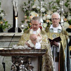El arzobispo Anders Wejryd bautiza a Estela de Suecia