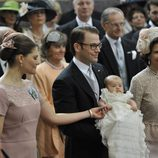 La Reina Silvia, Victoria y Daniel de Suecia con la Princesa Estela en su bautizo