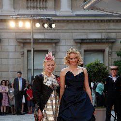 Lily Cole y Vivienne Westwood en un homenaje a Isabel II en la Academia de las Artes