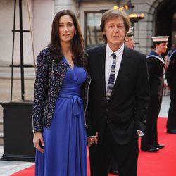 Paul McCartney y Nancy Shevell en un homenaje a Isabel II en la Academia de las Artes