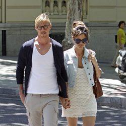 Guti y Romina Belluscio pasean cogidos de la mano por Madrid