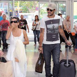 Eva Longoria y Eduardo Cruz en la estación del AVE de Málaga
