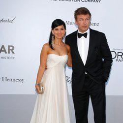Hilaria Thomas y Alec Baldwin en la gala amfAR del Festival de Cannes 2012
