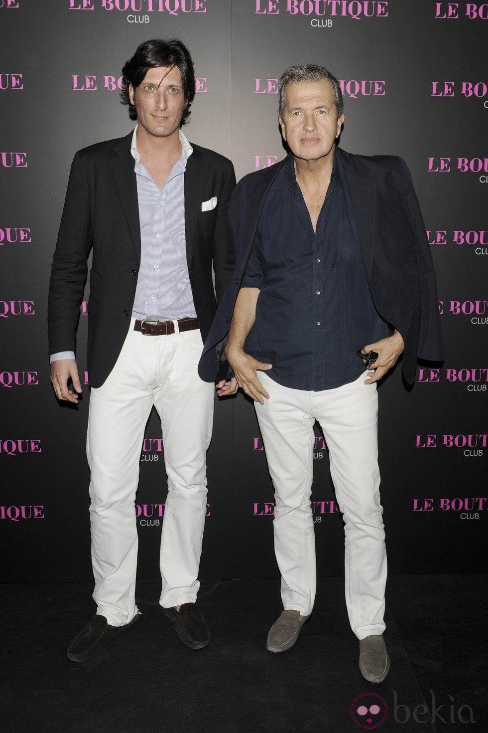 Luis Medina y Mario Testino en la inauguración de una discoteca