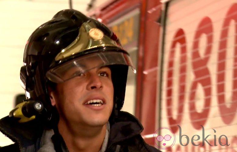 El actor Mario Casas con la indumentaria de bombero durante el programa de 'Usted Perdone' de Xavier Sardá