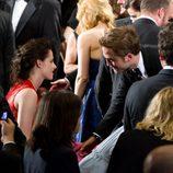 Robert Pattinson se acerca a la butaca de Kristen Stewart en el estreno de 'Cosmópolis'