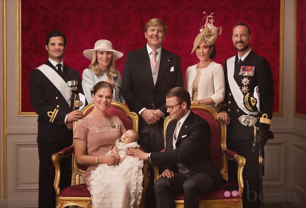 Foto oficial de Estela de Suecia con sus padres y padrinos en su bautizo