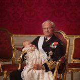 Foto oficial del Rey Carlos Gustavo de Suecia con la Princesa Estela en su bautizo