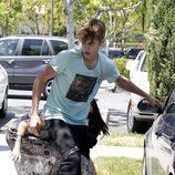 Selena Gomez recoge los objetos de Justin Bieber tras un enfrentamiento con un fotografo