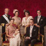 Foto oficial de Estela de Suecia con sus padres y abuelos en su bautizo