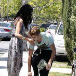 Justin Bieber se vuelve a poner las zapatillas despues de enfrentarse a un fotografo