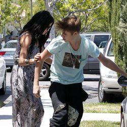Selena Gomez ayuda a Justin Bieber tras un altercado con un fotografo