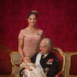 Foto oficial de Estela de Suecia con la Princesa Victoria y el Rey Carlos Gustavo en su bautizo