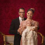 Foto oficial de los Príncipes Victoria y Daniel con Estela de Suecia en su bautizo