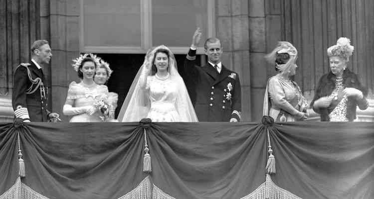 Isabel de Inglaterra y Felipe de Edimburgo saludan desde Buckingham Palace tras su boda