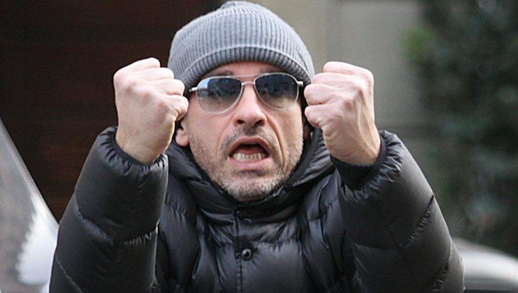 Eros Ramazzotti muy enfadado con los fotografos