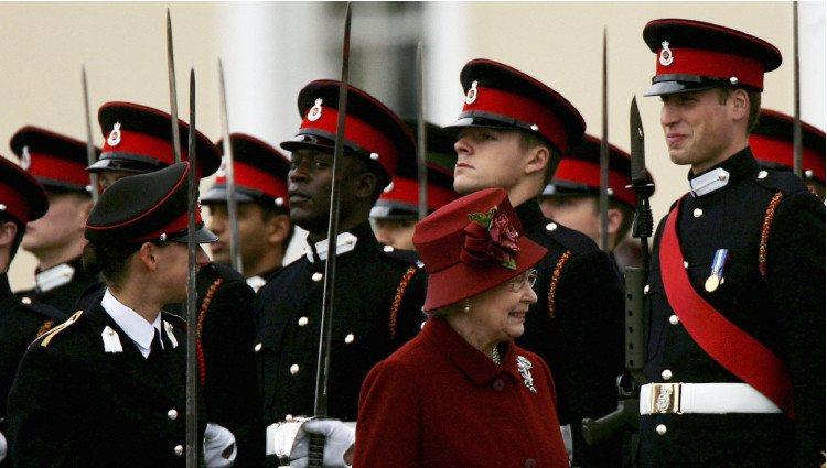 La Reina Isabel en la graduación del Príncipe Guillermo en Sandhurst