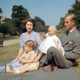 La Reina Isabel y el Duque de Edimburgo con los Príncipes Carlos y Ana en 1951